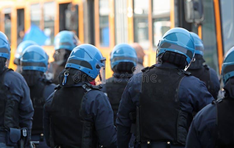 Relplaatsing van de Italiaanse politie tijdens een demonstratie stock afbeelding