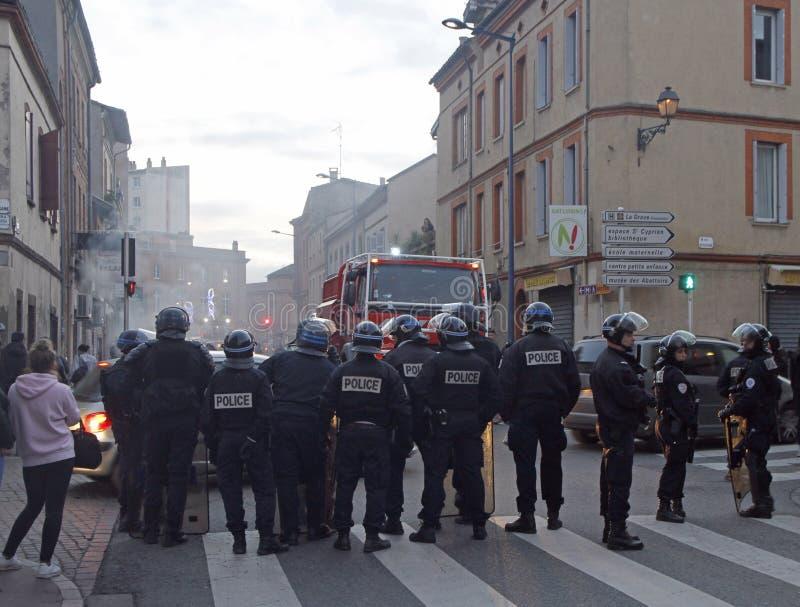 Relpolitie geblokkeerde weg voor Gele Vestendemonstratie royalty-vrije stock foto