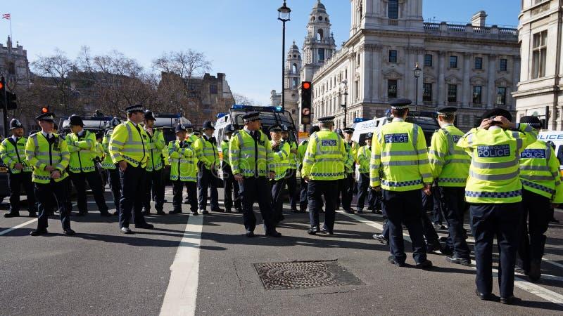 Relpolitie in Londen, het Verenigd Koninkrijk die een blokkade vormen stock foto's