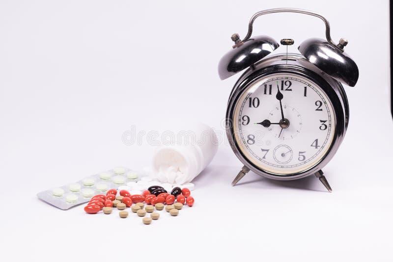 Remède de médecine dans le récipient en plastique et capsule avec le bott blanc photographie stock libre de droits