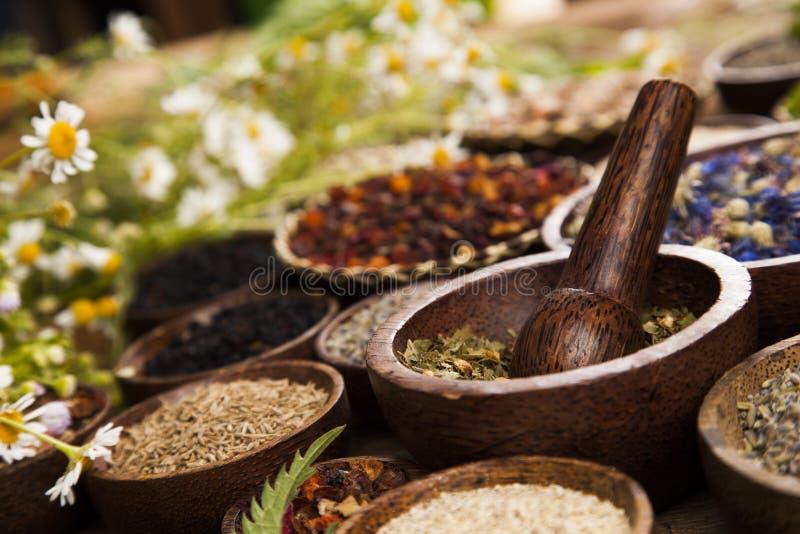 Remède naturel, phytothérapie et fond en bois de table photos libres de droits