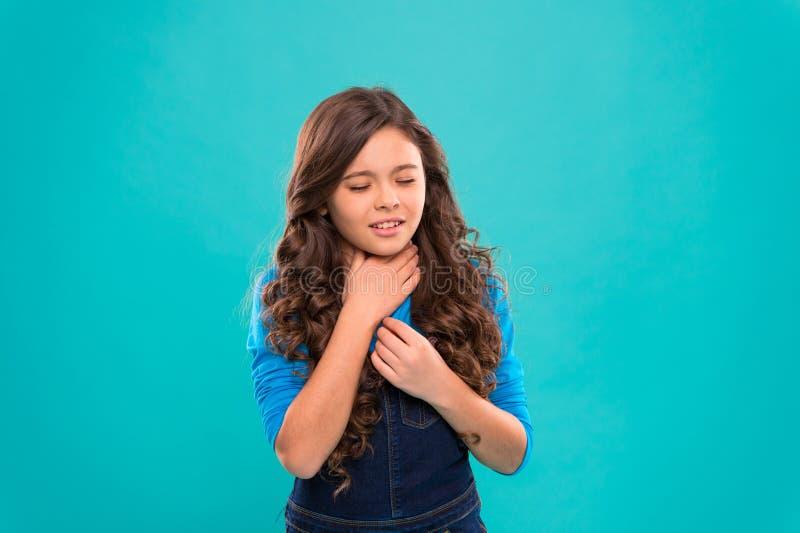 Remèdes d'angine L'enfant sent la douleur dans la gorge Enfant mignon de fille souffrir de la douleur dans le cou Bleu douloureux photo stock