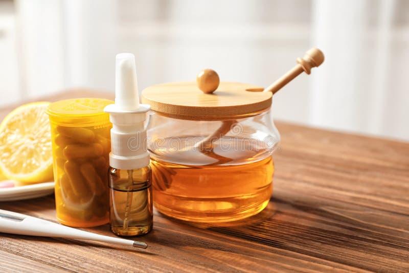 Remèdes froids naturels et médicaux avec le thermomètre images libres de droits