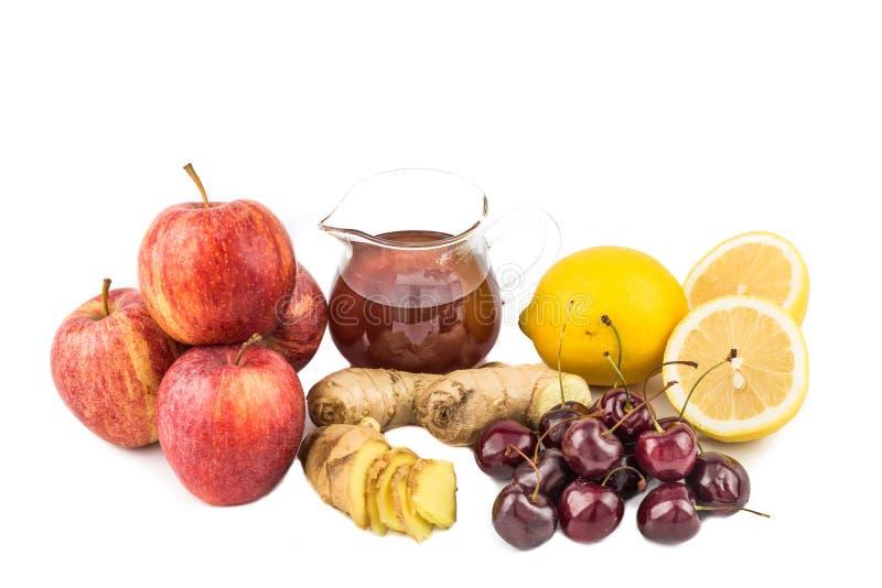 Remédio home comum à inflamação da gota do deleite - cerejas, suco de limão, vinagre de sidra de maçã, Ginger Roots imagem de stock