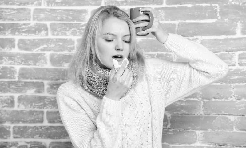 Rem?des de froid et de grippe Buvez plus de liquide se d?barassent du froid Tasse et tissu de th? de prise de fille ?coulement na photos libres de droits