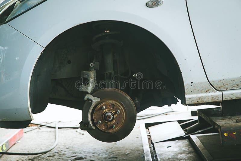rem en detail van de wielhub De stootkussens van de autorem schijfremmen op auto's in proces van nieuwe bandenvervanging royalty-vrije stock foto