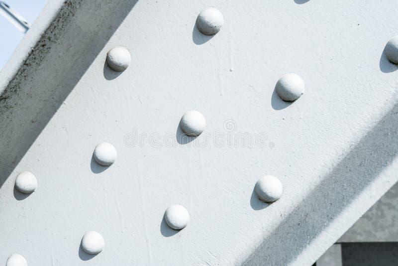 Remaches en un haz de acero pintado blanco imagen de archivo libre de regalías