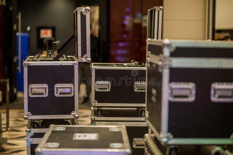Remaches metálicos de una caja de viaje para transportar música y la luz imagenes de archivo