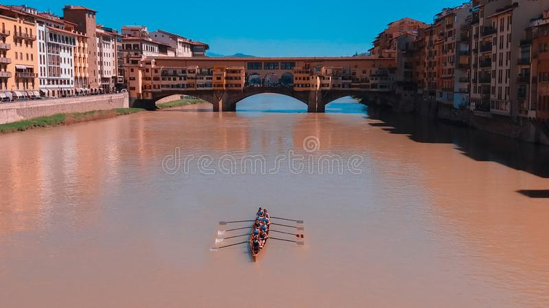 Remadores que navegam no rio fotografia de stock royalty free