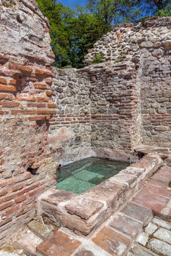 Remainings av väggen och pölen i de forntida termiska baden av Diocletianopolis, stad av Hisarya, Bulgarien arkivbild