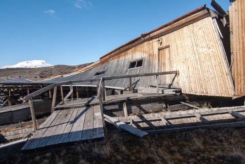Remainings de los edificios de madera que fueron utilizados para abrigar la entrada a las minas de carbón en el pueblo fantasma r imágenes de archivo libres de regalías