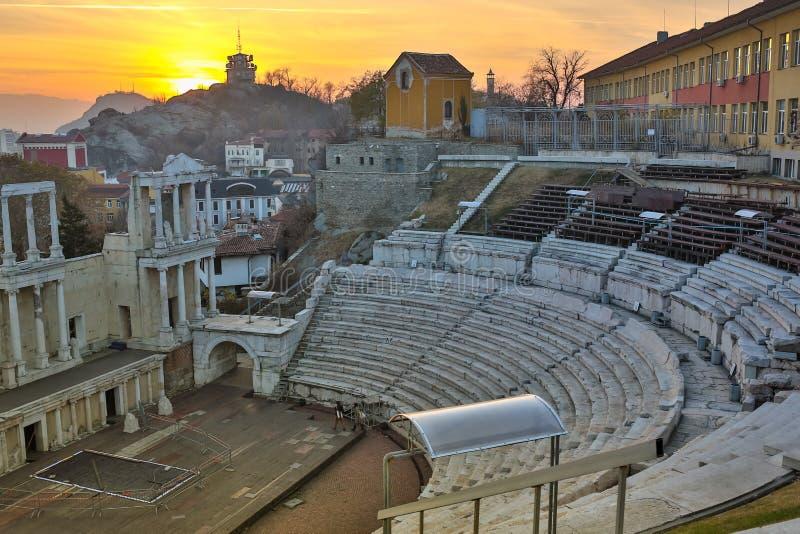 Remainings del teatro romano antiguo de Philippopolis en Plovdiv en la puesta del sol, vista aérea del anfiteatro romano imagen de archivo libre de regalías