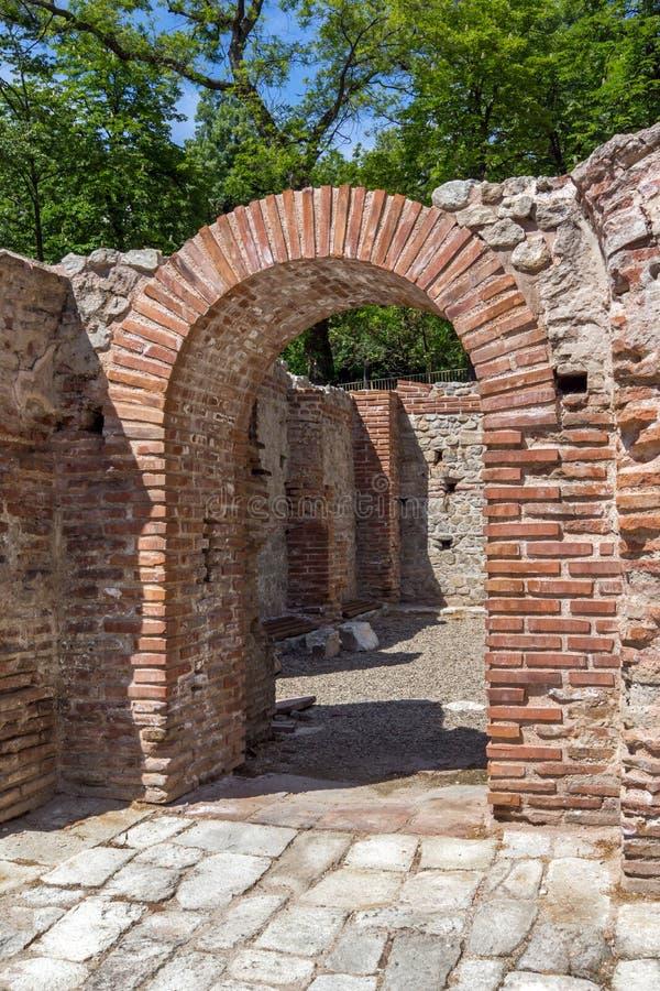 Remainings der Wand und des Pools in den alten thermischen Bädern von Diocletianopolis, Stadt von Hisarya, Bulgarien stockfotos