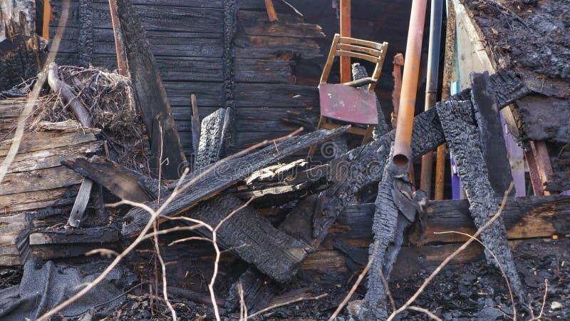 Remains av som bränns ner hus arkivbild