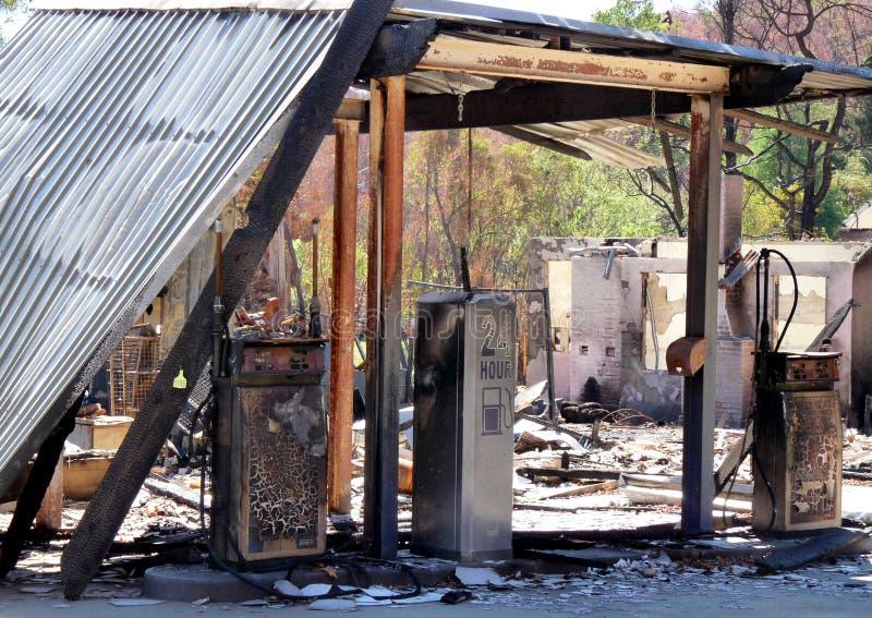 Remainsna av en tanka och en petrol posterar av busken avfyrar i Victoria, Australien i 2009 royaltyfri bild