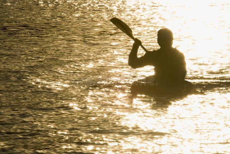 Remando nel tramonto fotografie stock