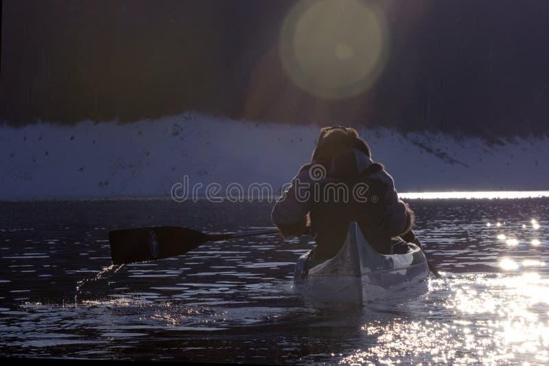 Remando nel tramonto immagine stock