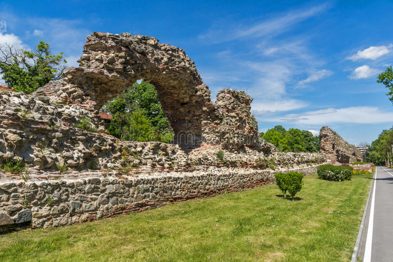 Remanings de los fortalecimientos de la ciudad romana de Diocletianopolis, ciudad de Hisarya, Bulgaria foto de archivo libre de regalías