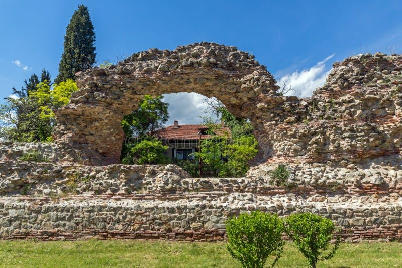 Remanings de los fortalecimientos romanos en Diocletianopolis, ciudad de Hisarya, Bulgaria imagen de archivo libre de regalías
