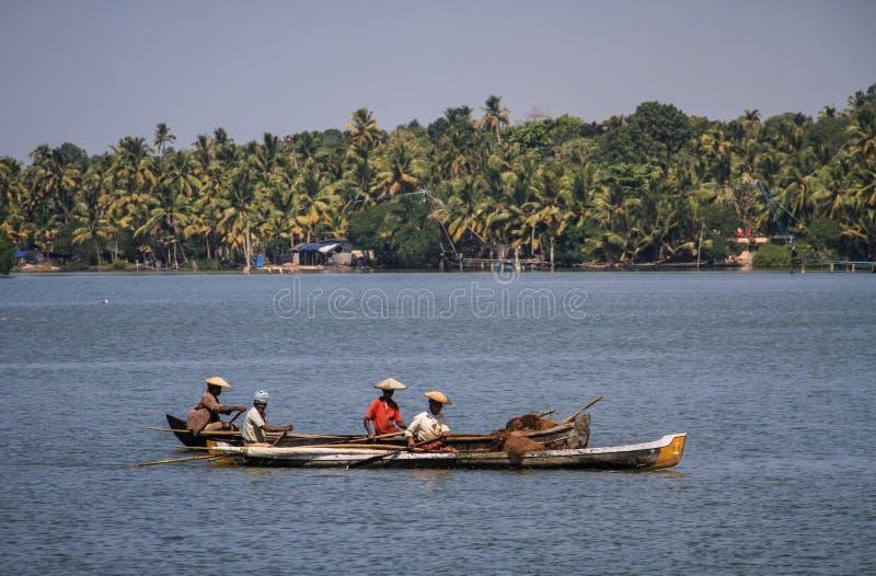 Remansos de Kerala, pescadores locales en sus piraguas, de Kollam a Alleppey, Kerala, la India imagenes de archivo