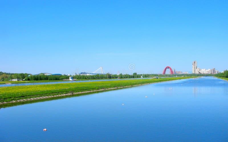 Remar el canal Krylatskoe en Moscú, horizonte urbano foto de archivo libre de regalías