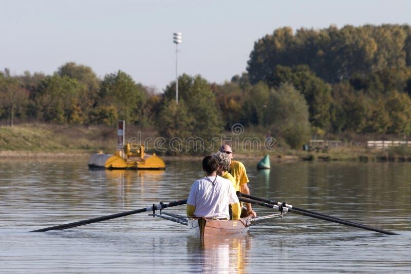 Remar una canoa foto de archivo libre de regalías