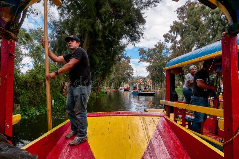 Rematura tradizionale di trajinero una barca in Xochimilco immagini stock libere da diritti