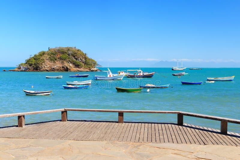 Remblai avec la vue des bateaux, yachts, mer dans DOS Buzios d'Armacao images stock