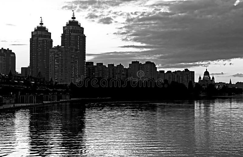 Remblai d'Obolon de la rivière de Dnieper dans Kyiv photo stock