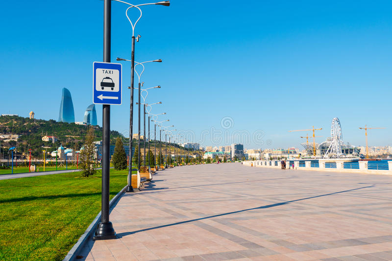 Remblai de baie de Bakou Panneau routier d'avertissement sur le poteau, arrêt de taxi photographie stock libre de droits