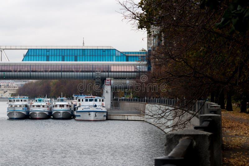 Remblai de fleuve de Moscou parkland images stock