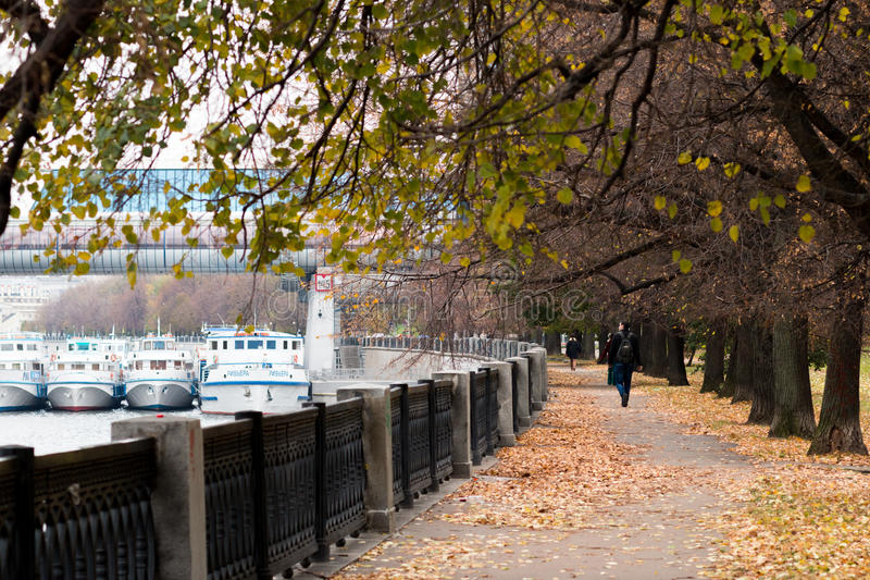 Remblai de fleuve de Moscou parkland photos stock