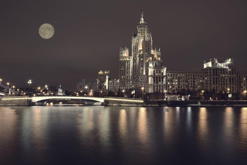 Remblai de Kotelnicheskaya de la rivière de Moscou, Moscou photographie stock libre de droits