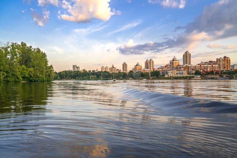 Remblai de Kyiv Obolon Vue de l'eau de la rivière de Dnieper photographie stock