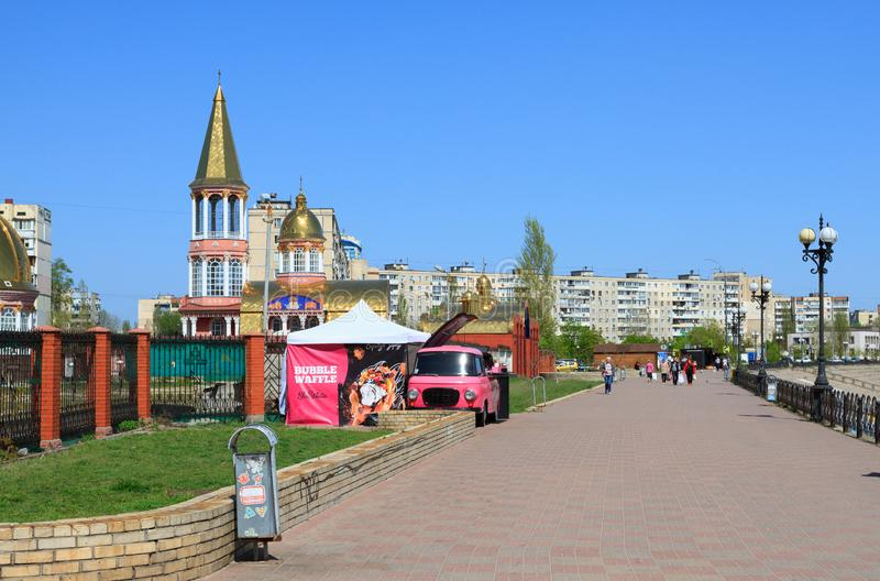 Remblai de la rivière Dniepr dans moderne dans un secteur Obolon à Kiev photos libres de droits