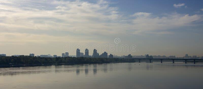 Remblai de matin, Kiev Lumière sauvage sur l'horizon, réflexions des maisons dans l'eau images libres de droits
