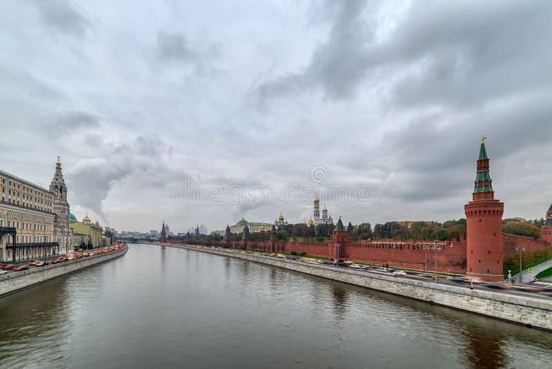 Remblai de Moscou Kremlin le soir d'été, un croisement, jour pluvieux photographie stock libre de droits