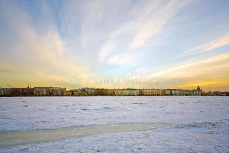 Remblai de Neva River dans le St Petersbourg le soir Paysage urbain de l'hiver photographie stock libre de droits