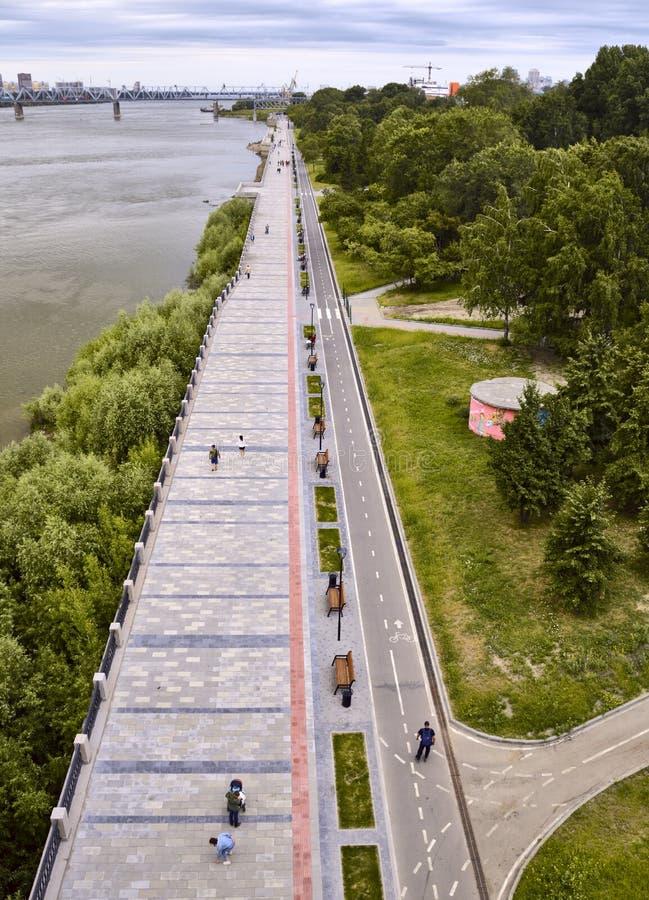 Remblai de Novosibirsk pendant l'été Cadre vertical image libre de droits
