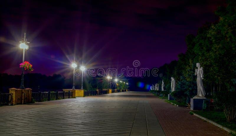 Remblai de nuit sur Obolon kiev photo stock