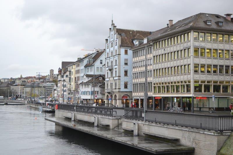 Remblai de rivière de Limmat à Zurich photos libres de droits