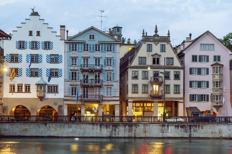 Remblai de rivière de Limmat, Zurich photo stock