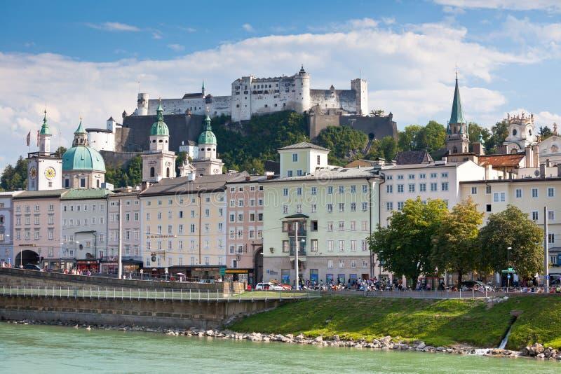 Remblai de Salzach de rivière à Salzbourg, Autriche photographie stock libre de droits