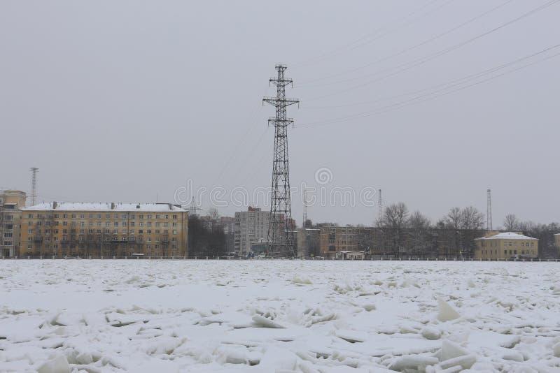 Remblai de ville avec des lignes électriques photo libre de droits