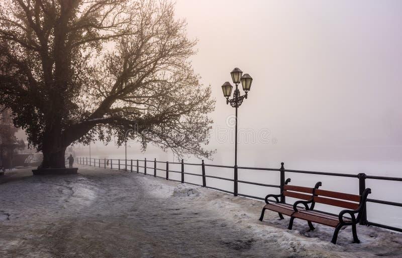 Remblai de ville dans le matin brumeux d'hiver images libres de droits