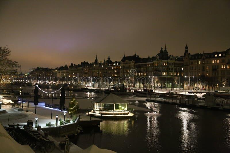 Remblai Stockholm, vieux bateaux, ellumination de nuit photographie stock