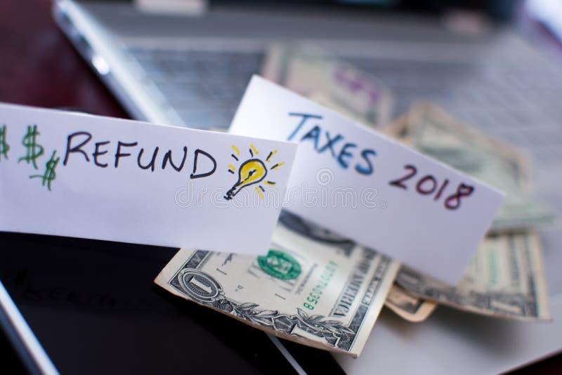Remboursement d'impôt fiscal et impôts 2018 de faire photo libre de droits