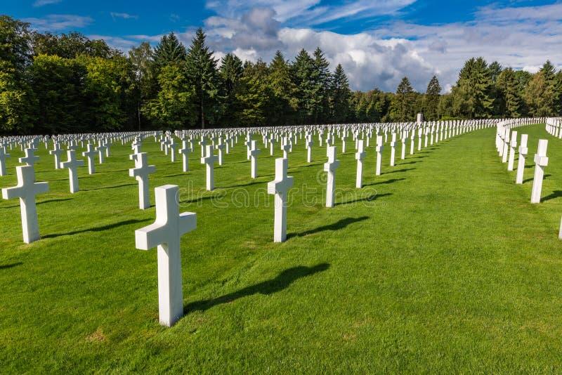 Reme después de la fila de las cruces que representan el último sacrificio de soldados americanos imágenes de archivo libres de regalías