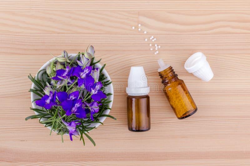 Remedio homeopático con el acónito fotografía de archivo