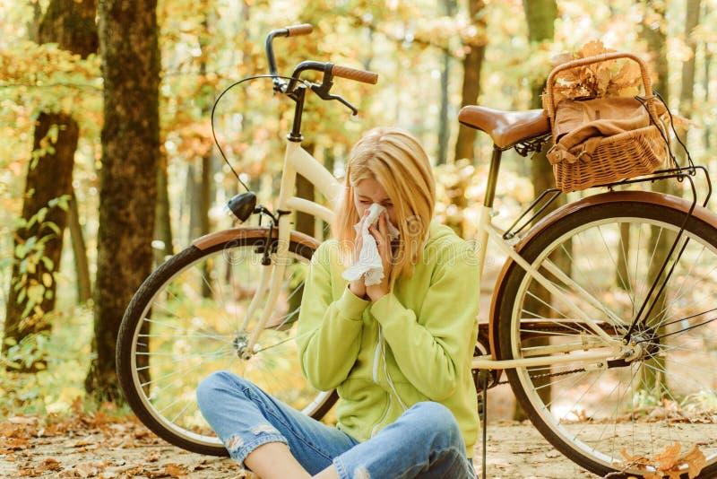 Remedios de los mocos Alergia estacional Pa?uelo de la mujer que estornuda debido a alergia La reacción alérgica rubia se relaja foto de archivo libre de regalías